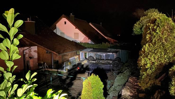 Der 21-jährige BMW-Lenker geriet bei Tegerfelden von der Fahrbahn ab. Sein Auto überschlug sich und landete in einem Gartenbeet.
