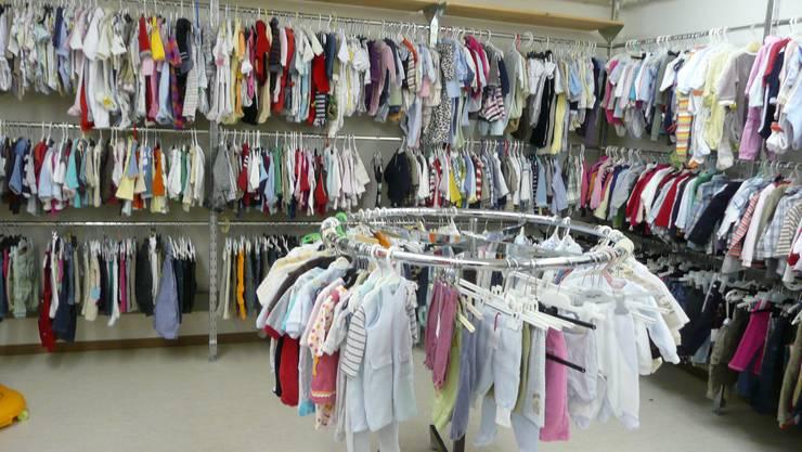 Viele schöne Kleider warten auf Kundschaft.