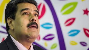 Ob die Rettung von oben kommt? - Der venezolanische Präsident Nicolás Maduro kämpft mit allen Tricks gegen seine Absetzung. Obwohl sein Land über die grössten Ölreserven der Welt verfügt, hat er es in den wirtschaftlichen Morast geritten.