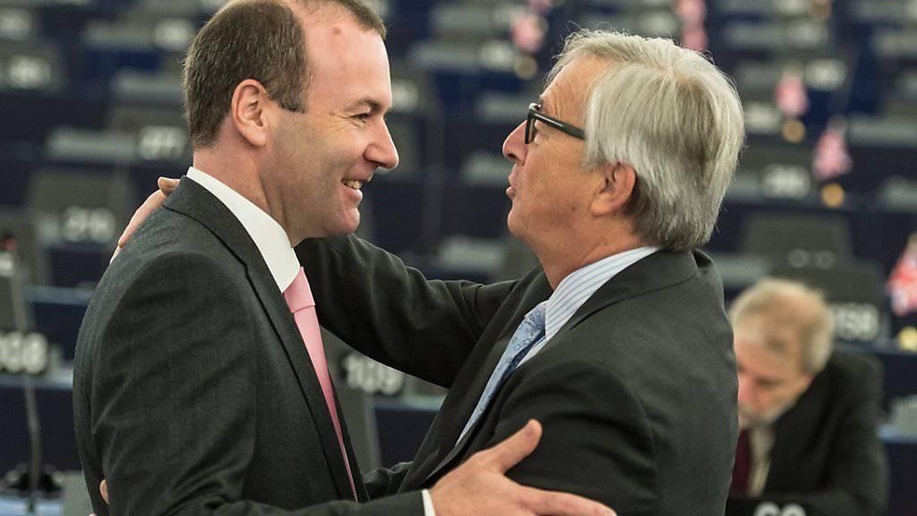Der Deutsche Manfred Weber (links) will laut Medienmeldungen EU-Kommissionspräsidenten Jean-Claude Juncker (rechts) in seinem Amt beerben. (Archivbild)