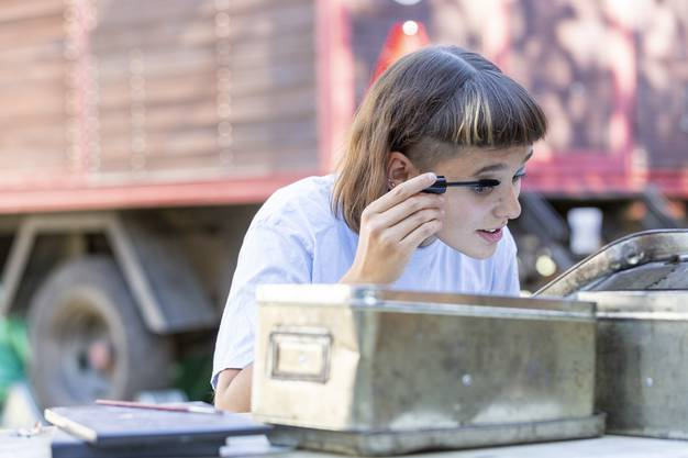 Die 16-jährige Emilie Sieber am Schminktisch.