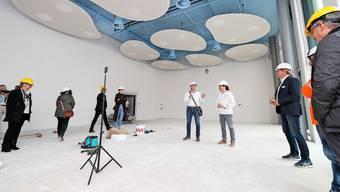 Peter Doderer, Präsident der Baukommission des Schweizerischen Maler- und Gipserunternehmer-Verbands, führt durch die Baustelle des neuen Ausbildungszentrums.