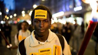 Die Demonstranten fordern anständige Unterkünfte für Asylsuchende