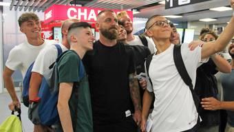 Daniele De Rossi posiert vor seinem Abflug nach Argentinien mit Fussballfans am Flughafen von Rom