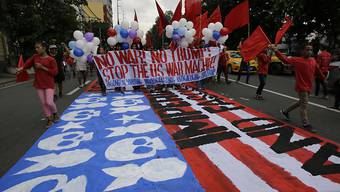 Erneut protestieren Menschen gegen den US-Präsidenten Donald Trump in Manila.