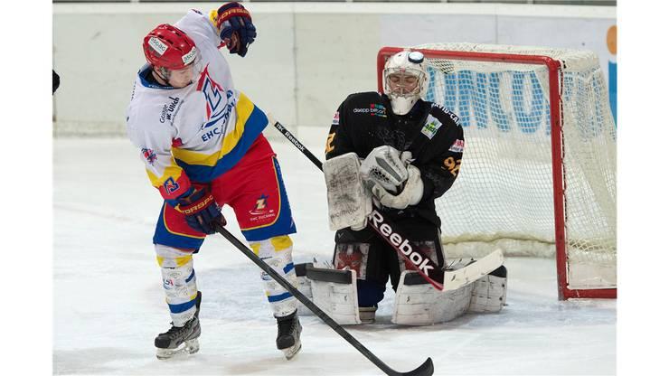 Zuchwisl Fabian Born versucht Wikis Goalie Flurin Brunner die Sicht zu nehmen, doch dieser hält.