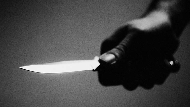 Ein 43-jähriger Mann wurde auf dem Heimweg von einem Unbekannten attackiert und verletzt worden. (Symbolbild)