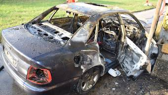 Das ausgebrannte Auto.