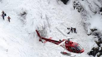 Rettungskräfte bei einem Lawinenunglück im Einsatz (Symbolbild)