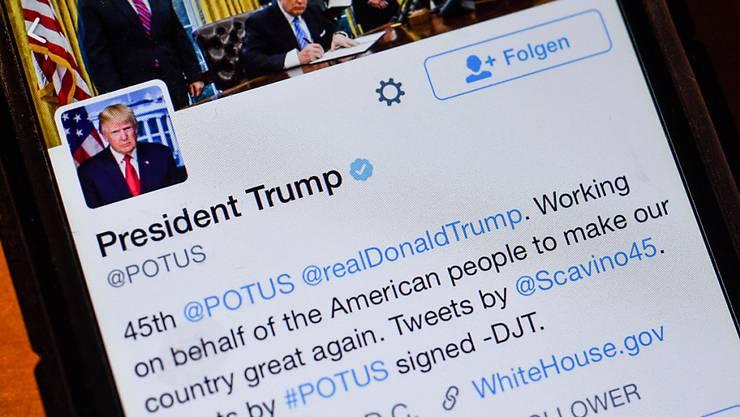 US-Präsident Donald Trump lobt den Kurznachrichtendienst Twitter und sagte, dass seine Botschaften auf diese Weise unverfälscht zu den Menschen gelangen würden. (Archivbild)