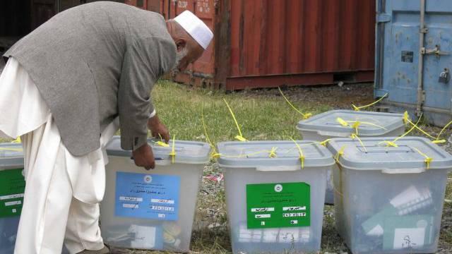 Ein Mitarbeiter der Wahlkommission