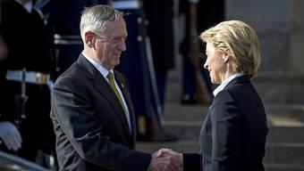 Der neue US-Verteidigungsminister James Mattis (links) begrüsst seine deutsche Amtskollegin Ursula von der Leyen in Washington.