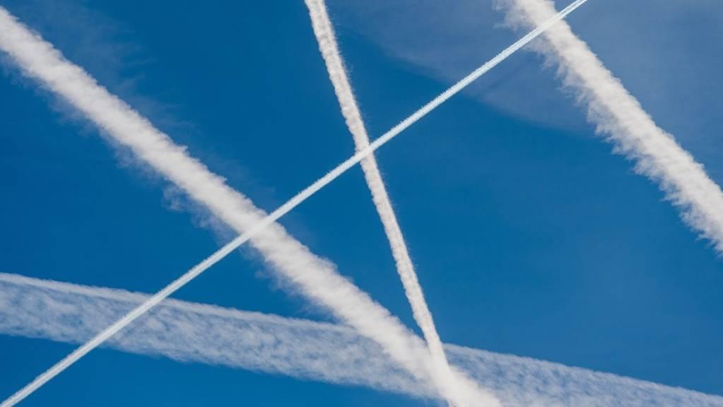 Der Flugverkehr macht 3,5 Prozent der menschgemachten Klimaveränderung aus. Kondensstreifen erwärmen zwar ein bisschen die Erde, sind aber sonst vernachlässigbar, (Symbolbild)