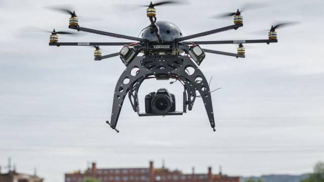 Drohnen mit Kamera können Menschenleben retten. Die Luftfahrtbehörden sind aber nur mässig begeistert. (Symbolbild)