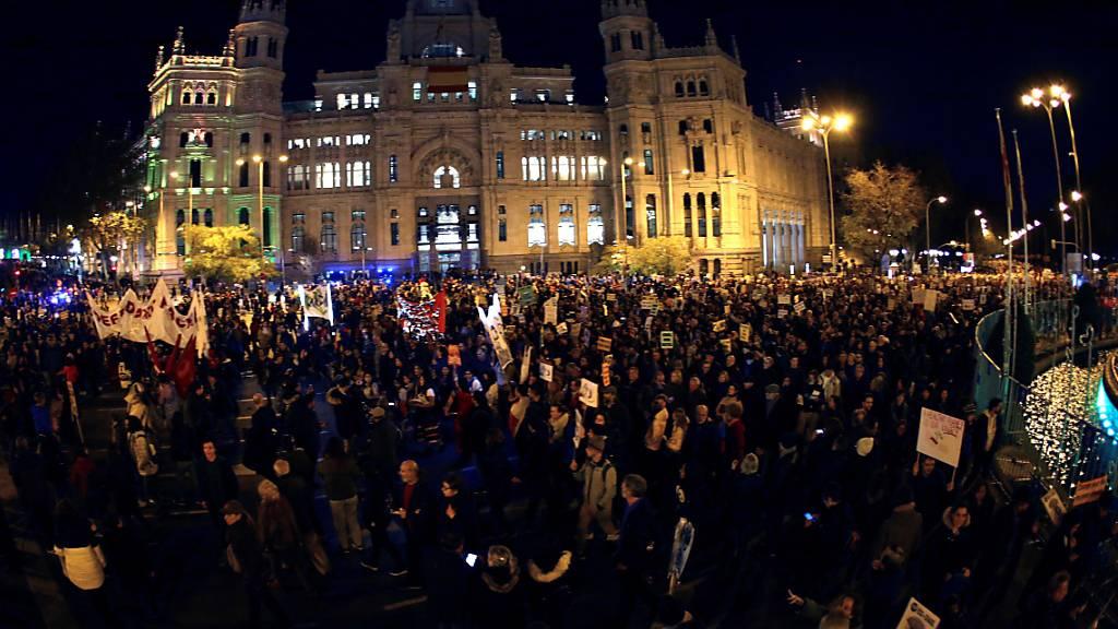"""Der Demonstrationszug setzte sich am Madrider Bahnhof Atocha in Bewegung. Aktivisten hielten Plakate mit Aufschriften wie """"Ohne einen Planeten gibt es keine Zukunft""""."""