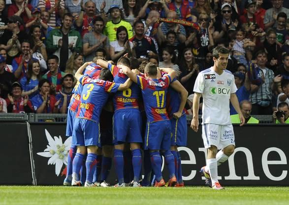 Die FCB-Spieler jubeln über das Tor zum 1:0