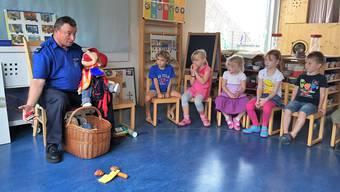Walter Friedli beim Verkehrsunterricht im Kindergarten: Er liebt die Kinder und die Kinder lieben ihn.