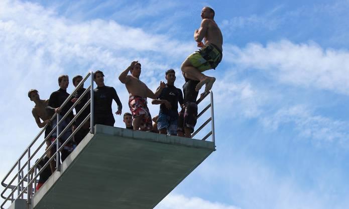 Sprung vom 10-Meter-Turm.