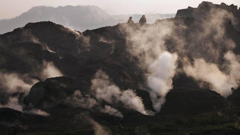 Rauch steigt über einer indischen Kohlemine auf. Dutzende Staaten haben sich am Rande der Klimakonferenz in Marrakesch zum Abschied von Kohle, Öl und Gas verpflichtet. (Archiv)