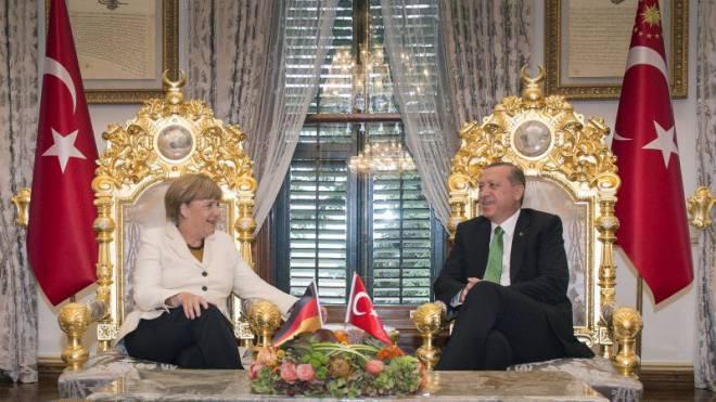 Bundeskanzlerin Angela Merkel und der türkische Präsident Recep Tayyip Erdogan bei ihren Verhandlungen am 18. Oktober 2015 in Istanbul. Foto: Keystone