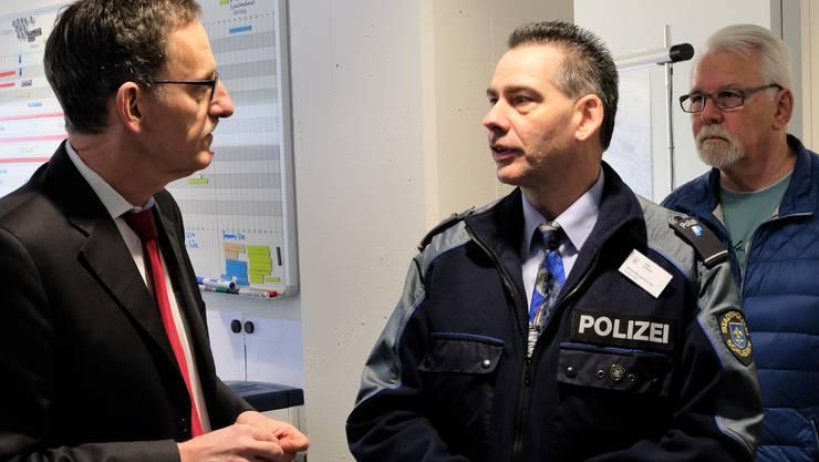Der Zürcher Sicherheitsdirektor Mario Fehr (SP) im Gespräch mit Marco Weissenbrunner, Chef der Stadtpolizei Schlieren/Urdorf.