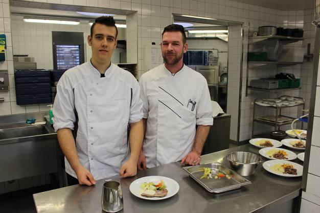 Salomone Gianpaolo (links) zusammen mit seinem Lehrmeister Stefan Landert.