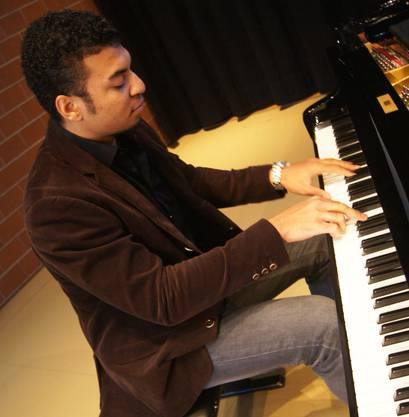 Der 22-jährige Musikstudent Salamon Abiassi unterhält am Flügel.