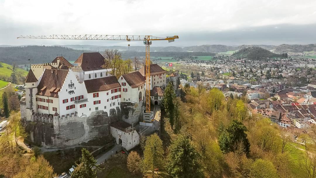 Jetzt steht er: Über Lenzburg thront ein riesiger Kran