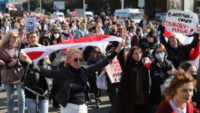 Die Schweizerin Natallia Hersche  im September bei einer Demonstration  gegen Lukaschenko in Weissrussland, bevor sie verhaftet wurde.