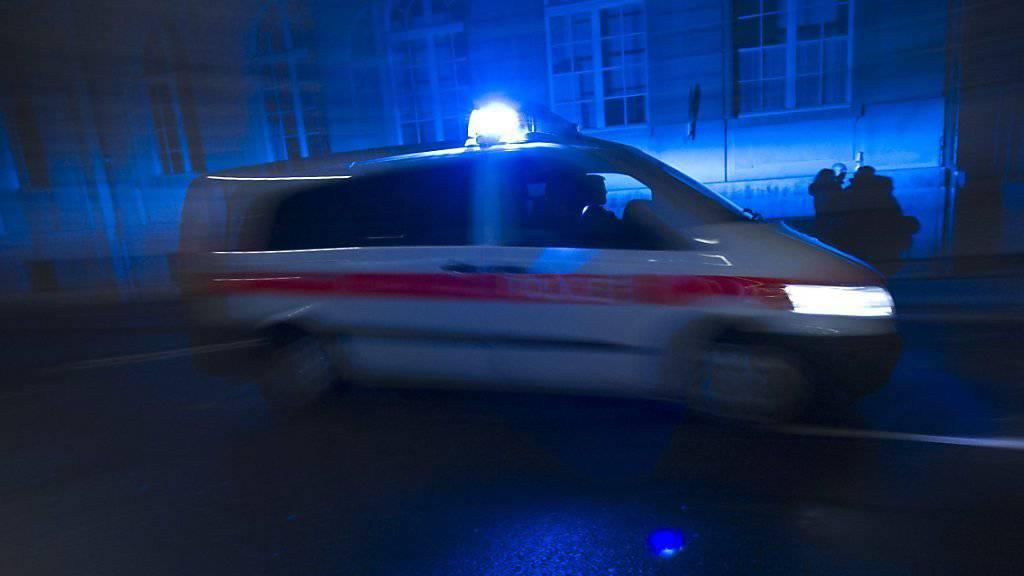 Die Polizei wurde in der Nacht auf Sonntag zum Bahnhof Tramelan gerufen. (Symbolbild)