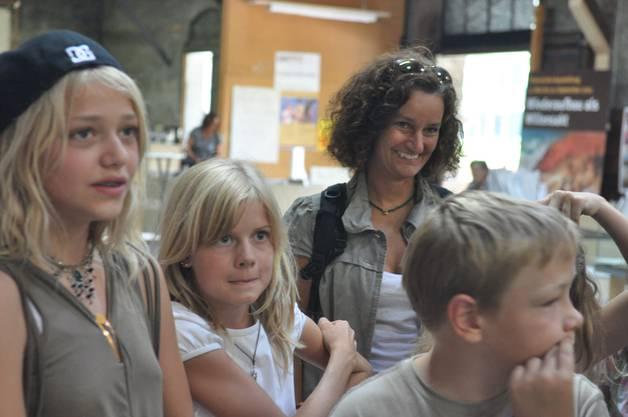 Auch Schulleiterin Silvia Hak begleitet die Kinder nach Glarus