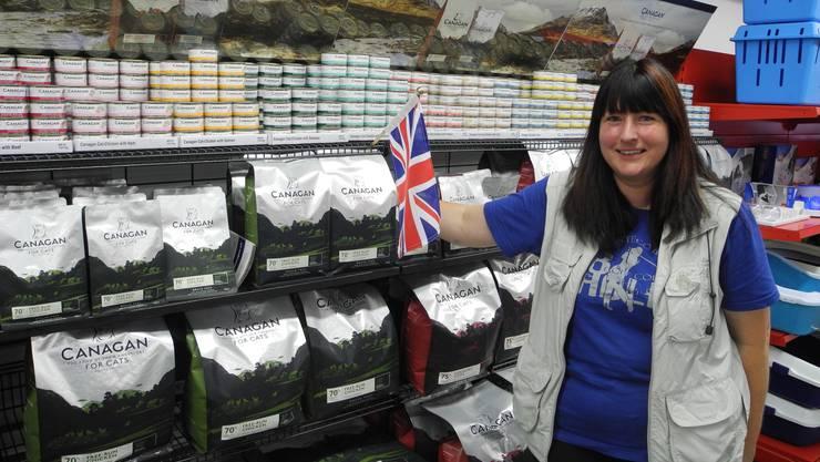 Beatrix Bieri neben einem Regal voller englischer Produkte: Hinter dieser Ware könne sie stehen.