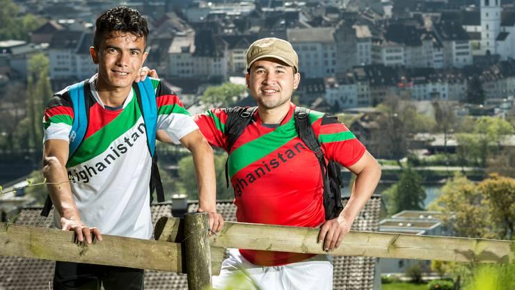 Hamid (in Rot) und Mohammed wollen wandern gehen: Einen Monat der Trip durch die Schweiz dauern.