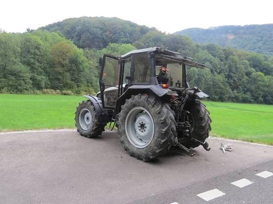 Der Fahrer des landwirtschaftlichen Gefährts, beabsichtigte, nach links in einen Feldweg abzubiegen.