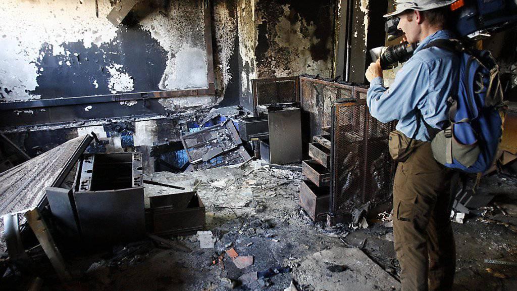 Einer der Verantwortlichen des Anschlags auf das US-Konsulat in Bengasi in Libyen ist in den USA zu einer langen Haftstrafe verurteilt worden. (Symbolbild verwüstete US-Einrichtungen in Libyen)
