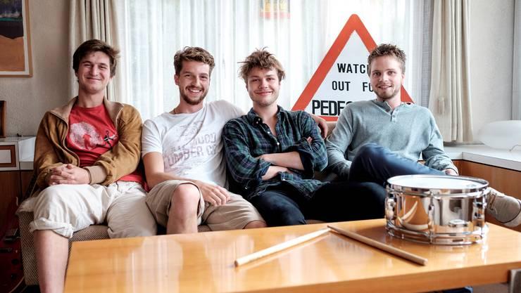 Loic, Davis, Mike und Sascha (v.l.) im Wohnzimmer ihres Band-Hauses. Es fehlt Saxofonist Raphael.