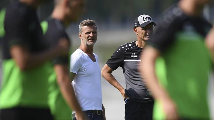 St. Gallens Sportchef Alain Sutter und Trainer Peter Zeidler haben Yannis Letard im Probetraining für gut befunden