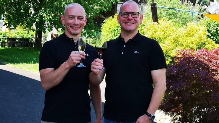 Der neue Gemeindepräsident Marcel Lang (r.) und sein Partner Sébastien Van de Walle stossen auf das gute Wahlergebnis an.