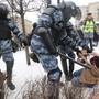 Sicherheitskräfte nehmen brutal Demonstrierende fest, die sich auf die Seite des Oppositionspolitikers Nawalny stellen.