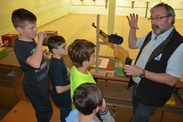 Dominic Studer erklärt den aufmerksamen Knaben das Luftgewehr. «Im Luftdruckbehälter stecken 150 bar, ein Autoreifen hat im Vergleich nur 2,5 bar», sagt er. Die Kinder staunten.