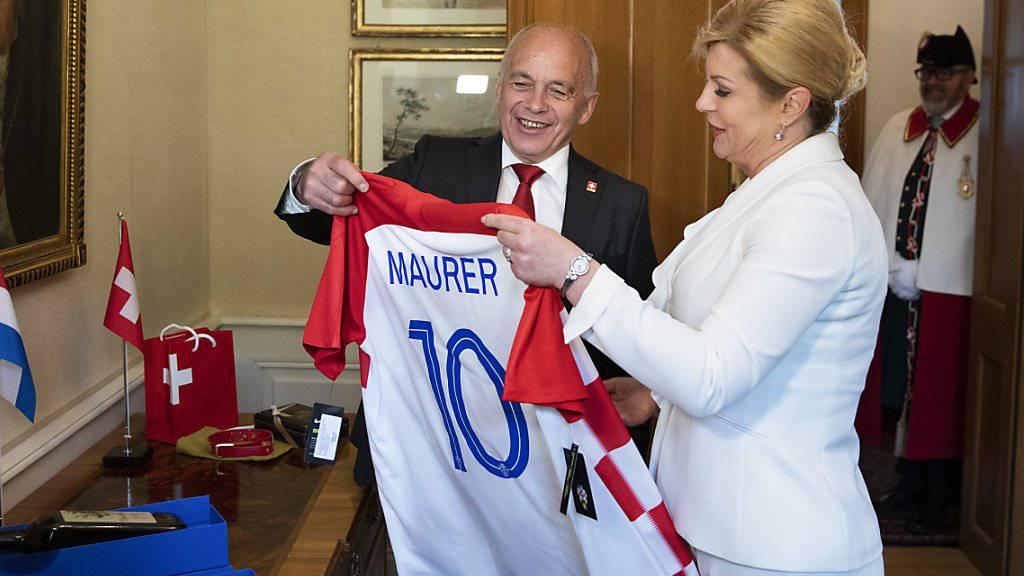 Geschenk-Austausch: Die kroatische Präsidentin Kolinda Grabar-Kitarović und Bundespräsident Ueli Maurer.