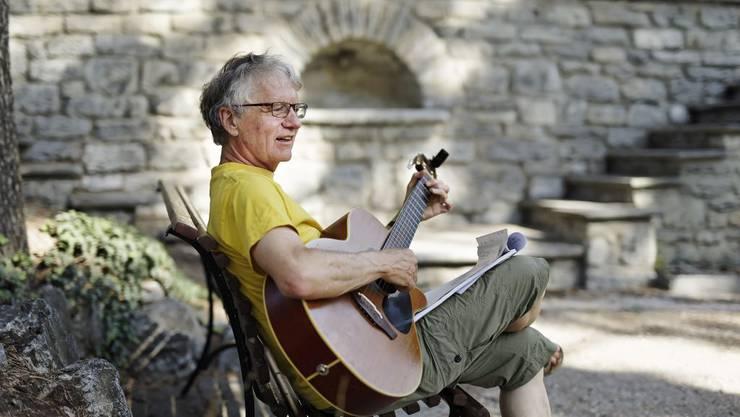 Der Liedermacher Ruedi Stuber hat als Projektthema eine Handvoll Chansons des Waadtländer Liedermachers Michel Bühler in Mundart übertragen.