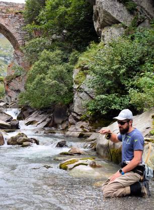 Der Schweizer Biathlet Benjamin Weger hat als Hobby im Sommer das Fliegenfischen