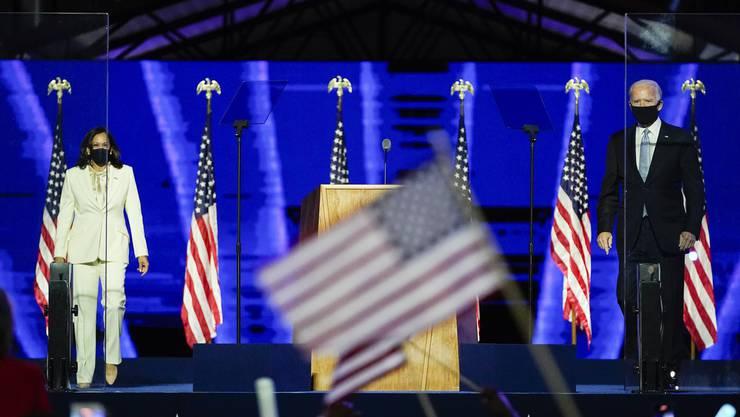 Der neugewählte US-Präsident Joe Biden mit seiner zukünftigen Vizepräsidentin Kamala Harris vor Anhängern in Wilmington, Delaware.