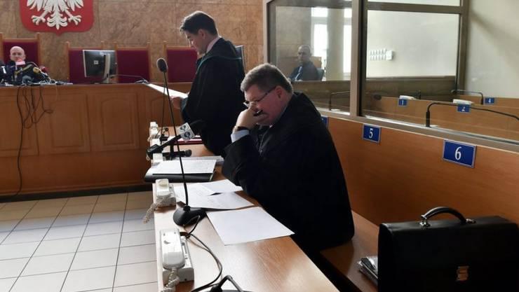 Roman Polanskis Anwälte Jerzy Stachowicz (Mitte) und Jan Olszewski (rechts) vor dem Bezirksgericht in Krakau