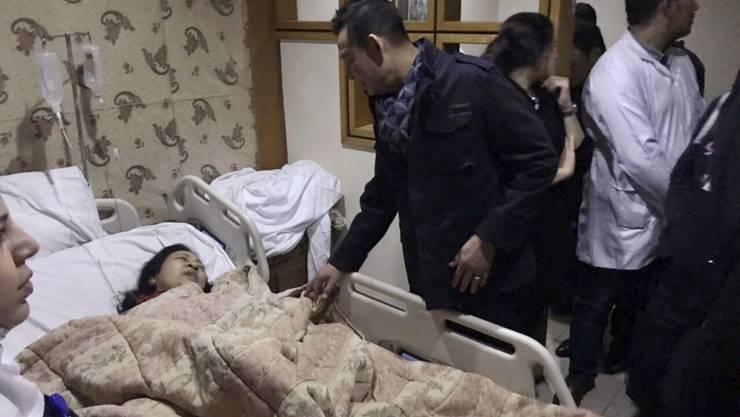 Der vietnamesische Botschafter in Kairo besucht in einem Spital eine beim Bombenanschlag auf einen Bus in Gizeh verletzte Frau.