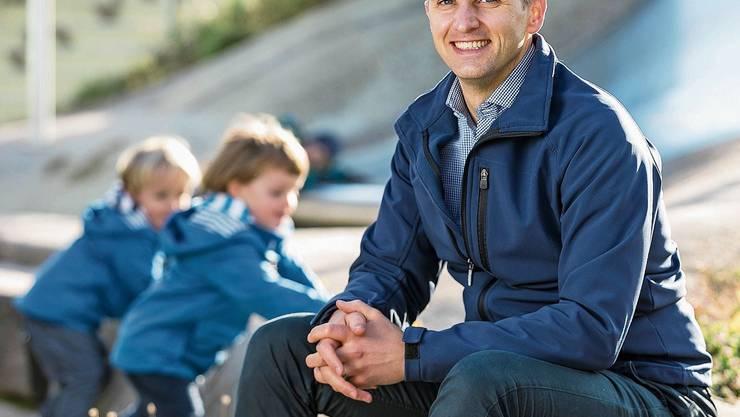 Michael Braunschweig mit seinen Zwillingen auf dem Spielplatz.