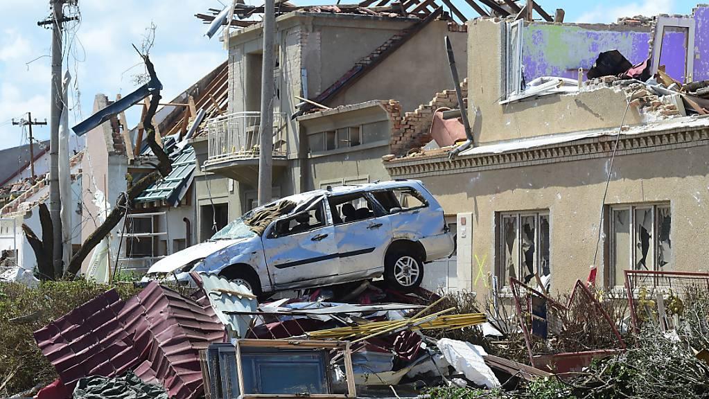 Nach dem verheerenden Tornado im Südosten Tschechiens haben die Aufräumarbeiten begonnen. Foto: Peøina Ludìk/CTK/dpa