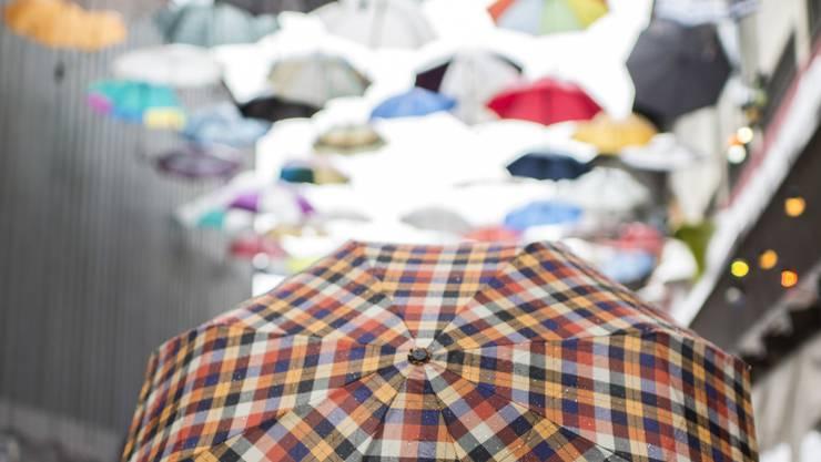 Regenschirme als Kunstinstallation – vor dem Zürcher Club Hive hängen 62 bunte Regenschirme.