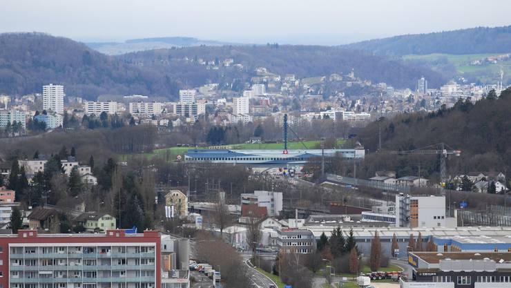 Blick über Spreitenbach, Würenlos und die Shoppingbrücke hinweg über das Gemeindegebiet Wettingen bis nach Baden.